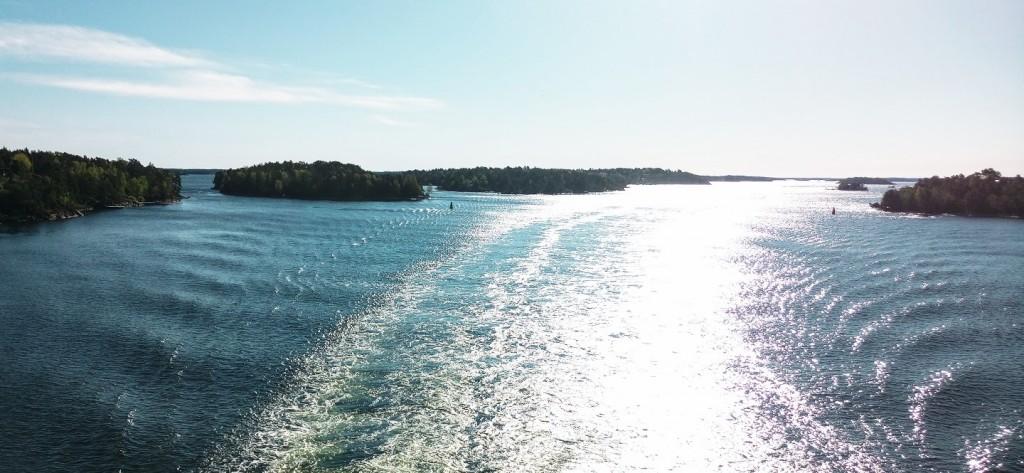 Если на корабле долго не спать и открыть глаза вместе с солнцем. можно стать свидетелем величайшего чуда. которое происходит каждый день по всей планете - рассвета. Рассвет всегда красив и неповторим, а встретить рассвет в море между каменистых островов вдвойне здорово.