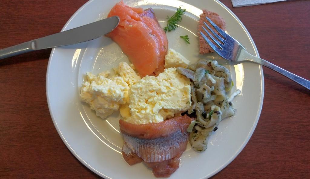 А еще на корабле очень здорово кормят. Много-много рыбы в меню и омлет. Пожалуй, этот как раз то, что нужно мне на завтрак)